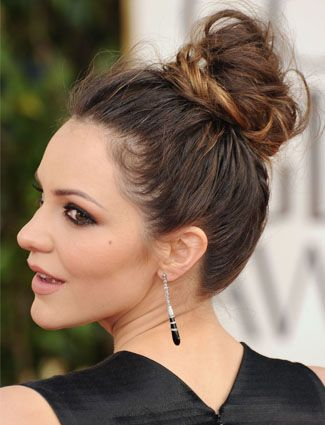 If Youre Looking For Sexy Cute Messy Buns This High Style Brings More Of A Vixen Vibe Than Low Bun At The Nape Neck