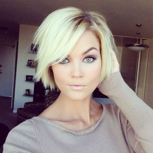 This Short Choppy Bob Is A Fun Summer Style Especially When Worn In Platinum Color Dark Roots Add Some Dimensionality To Cut That Can Be