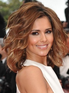 The Combination Of Bright Caramel Low Lights With An All Over Color Create A Y Sunny Hue When Paired Feathered Layers And Skinny Curls Your Hair