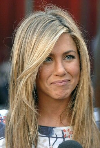 The Second Jennifer Aniston Look On Our List This Is One Of Lightest And Warmest Blondes We Ve Seen Hair Idol Wear All Over Highlights Are Perfect
